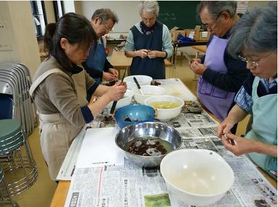 トチの実の皮むき作業①